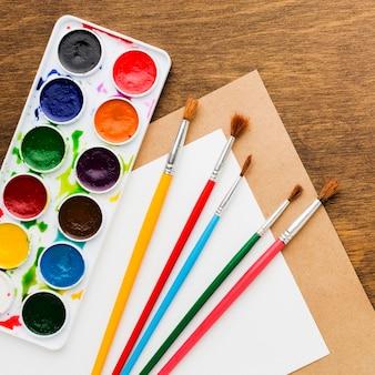 Vue de dessus de pinceaux colorés