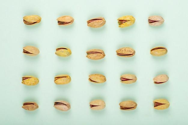 Vue de dessus des pistaches isolé sur fond blanc