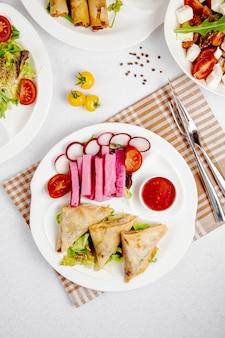 Vue de dessus des pitas de poulet frit avec des légumes frais