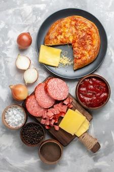 Vue de dessus pizza au four avec saucisses au fromage sur blanc