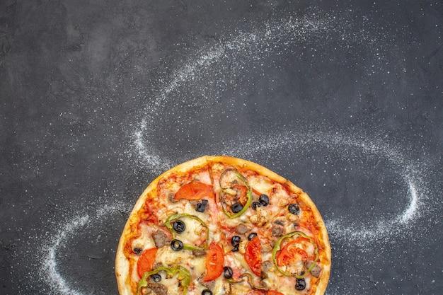 Vue de dessus pizza au fromage aux olives, poivrons et tomates sur une surface sombre