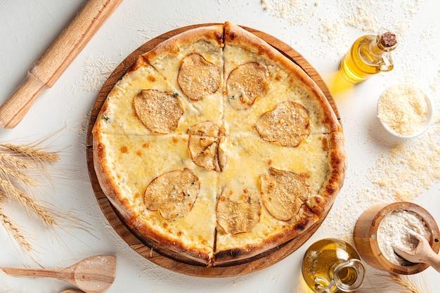 Vue de dessus sur la pizza au fromage dorblu aux poires