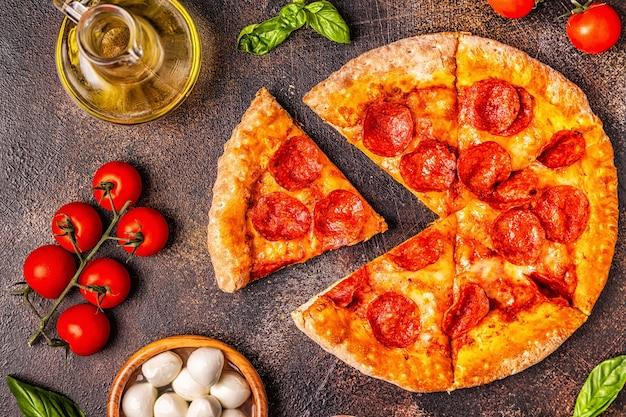 Vue de dessus de la pizza au pepperoni avec des ingrédients