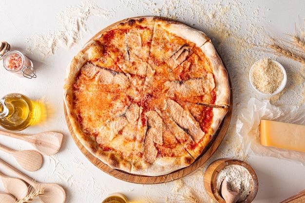 Vue de dessus sur la pizza au saumon sur le blanc