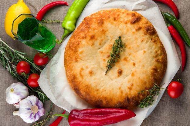 Vue de dessus de la pizza calzone ou de la tourte aux champignons et au poulet avec légumes