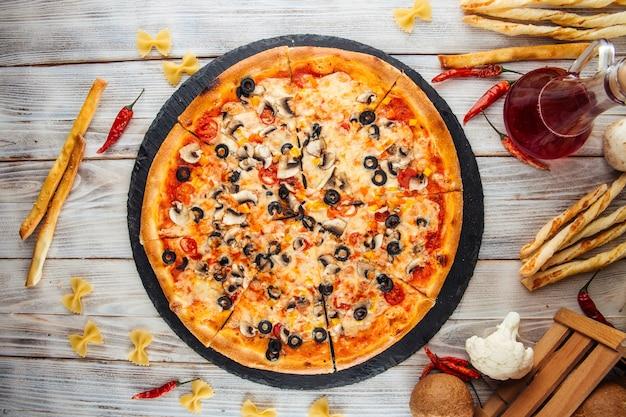 Vue de dessus sur la pizza capricciosa fraîche aux olives