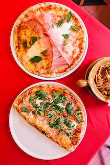 Vue de dessus de la pizza napolitaine traditionnelle faite avec des tomates et du fromage mozzarella.