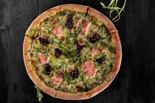 Vue de dessus de la pizza avec sauce à la crème de saumon et roquette