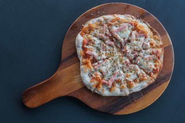 Vue de dessus de la pizza sur la table en bois.