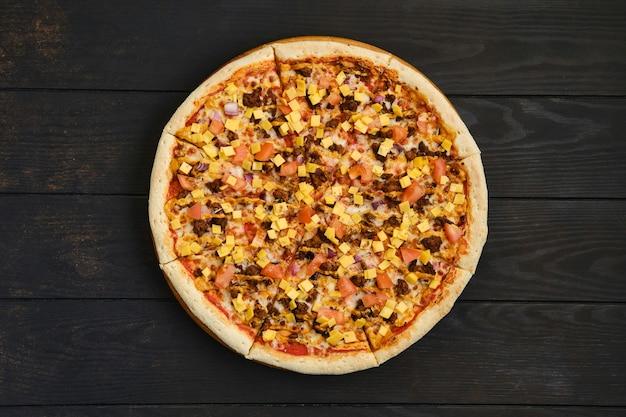 Vue de dessus de la pizza avec viande hachée de boeuf, tomate, oignon et cheddar