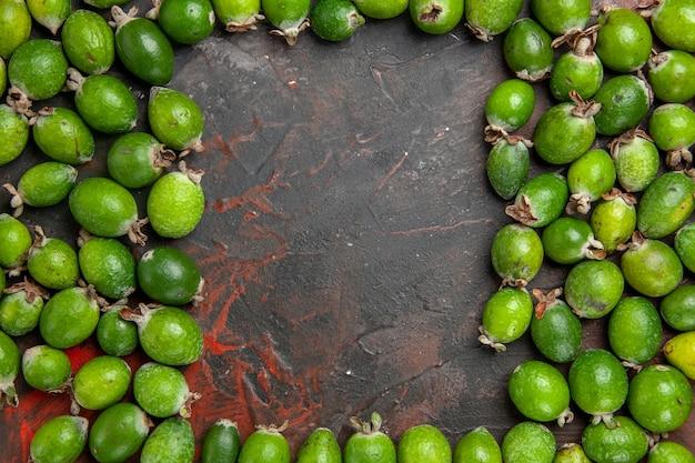 Vue de dessus de la place libre parmi les feijoas vertes naturelles fraîches