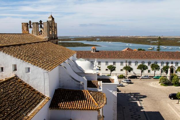 Vue de dessus de la place principale de la vieille ville historique de faro, portugal.