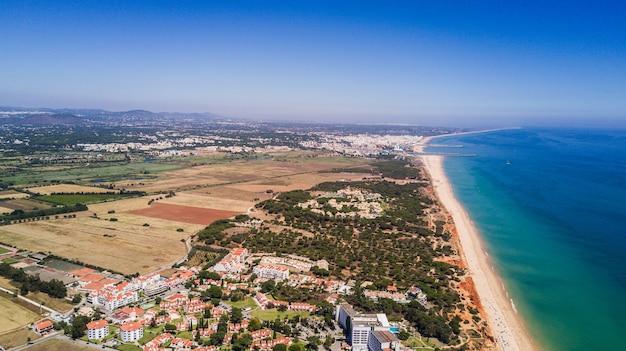 Vue de dessus de la plage idyllique de falesia dans la région de l'algarve portugal
