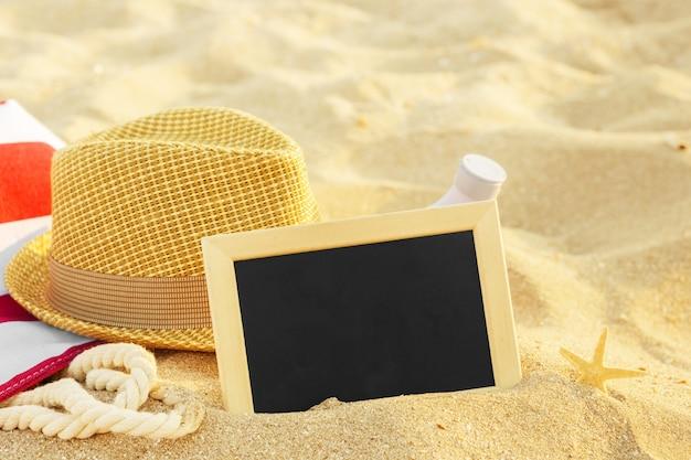 Vue de dessus de la plage de sable avec accessoires d'été