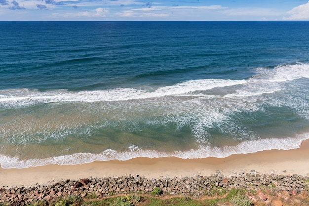 Vue de dessus de la plage sud à varkala, état du kerala, inde