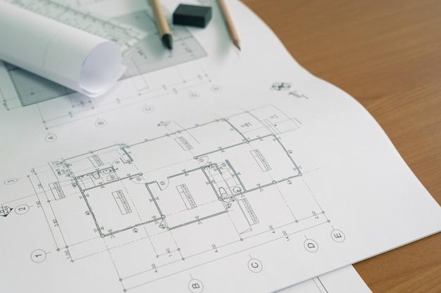 Vue de dessus sur le plan du projet architectural, des plans et des outils d'ingénierie. concept de construction.