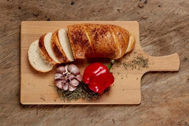 Vue de dessus, planche à découper avec du pain