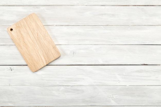 Vue de dessus de planche à découper sur fond en bois