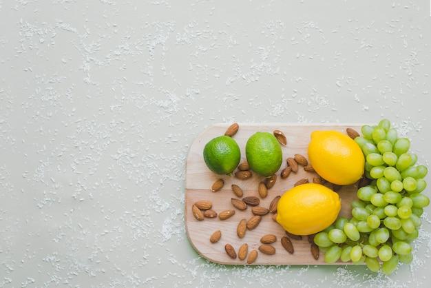 Vue de dessus de la planche à découper avec une variété de produits sains