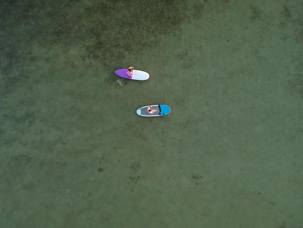 Vue de dessus des planches de sup sur l'eau turquoise peu profonde de la mer d'azov, ukraine