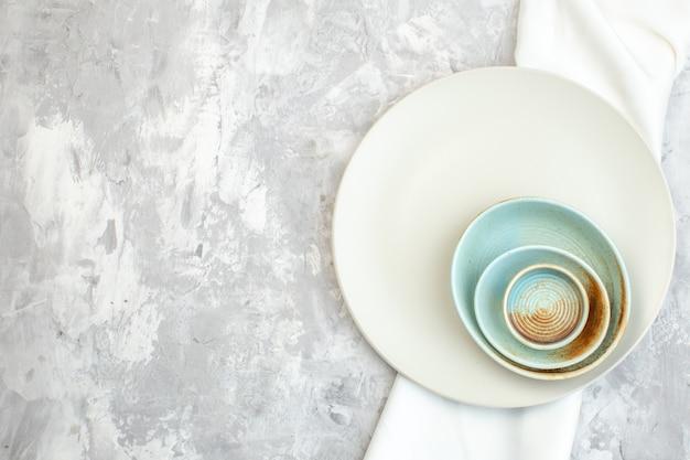 Vue de dessus plaque blanche sur fond clair cuisine alimentaire couleur repas dames horizontales verre féminité