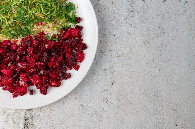 Vue de dessus de la plaque blanche avec salade fraîche et riz avec micro-verts