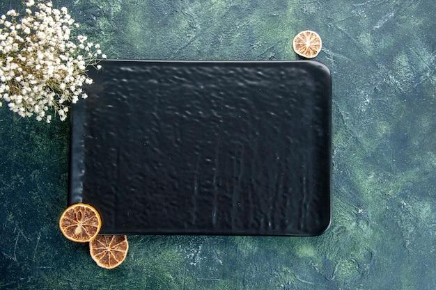 Vue de dessus plaque carrée noire sur fond sombre couleur repas dîner argent restaurant service couverts nourriture