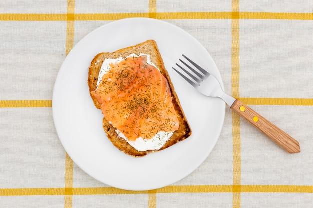 Vue de dessus de la plaque avec du pain grillé et une fourchette