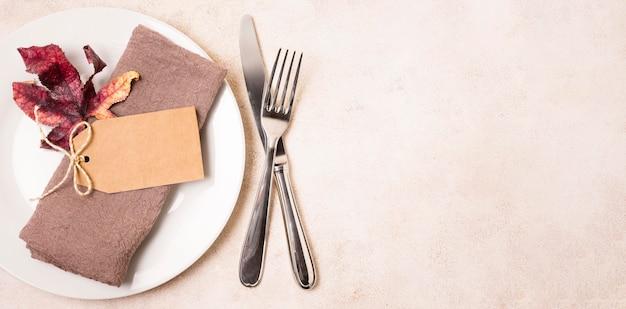 Vue de dessus de la plaque de thanksgiving avec couverts et espace copie