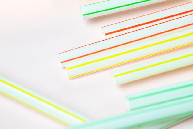 Vue de dessus en plastique collection de paille sur la table