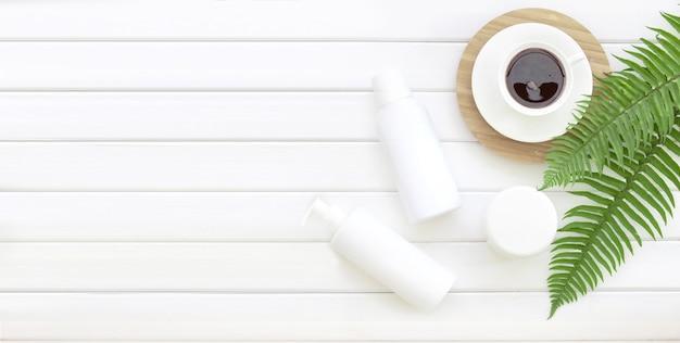Vue de dessus plat avec composition spa de pot de crème et tasse de café.