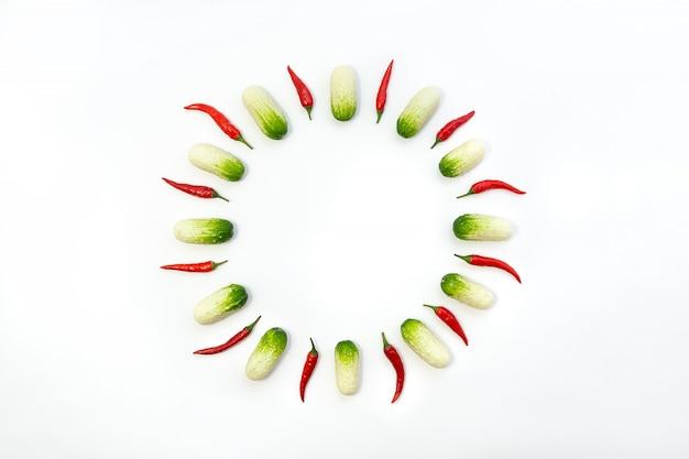 Vue de dessus à plat sur des concombres et des poivrons
