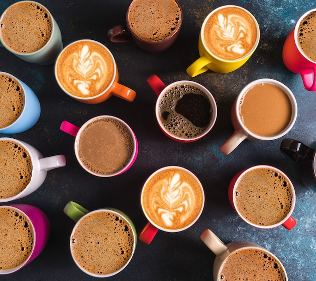 Vue de dessus à plat de l'ensemble de différents types de café dans des tasses