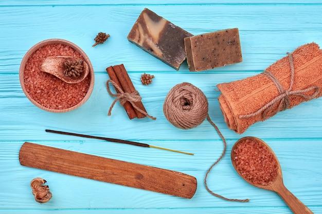 Vue de dessus à plat, ensemble de trucs bruns pour un traitement au spa. fond de bureau en bois bleu.