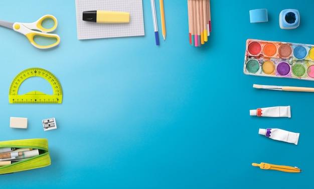 Une vue de dessus à plat des fournitures scolaires, concept de retour à l'école. espace de copie.