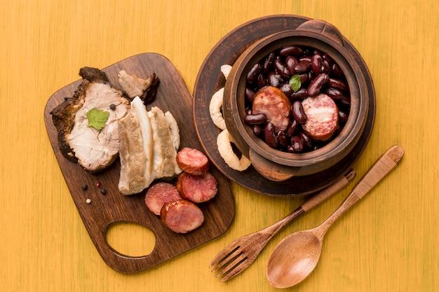 Vue de dessus plat de haricots et saucisses