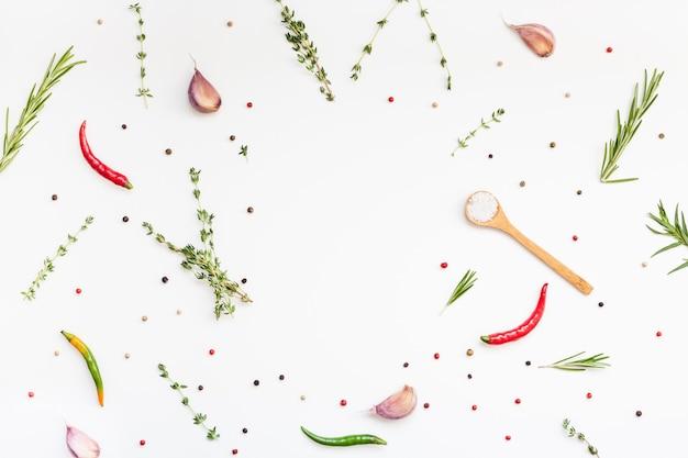 Vue de dessus à plat sur les herbes vertes et les épices sur fond blanc avec espace de copie