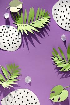Vue de dessus à plat à la mode avec éléments décoratifs en papier.
