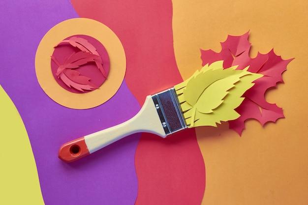 Vue de dessus à plat avec pinceau chargé de peinture à base de feuilles d'automne