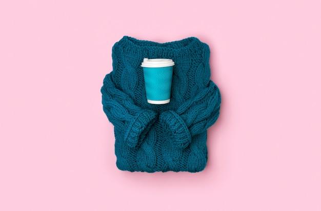 Vue de dessus plat pull en tricot confortable turquoise avec une tasse de papier de café ou de thé