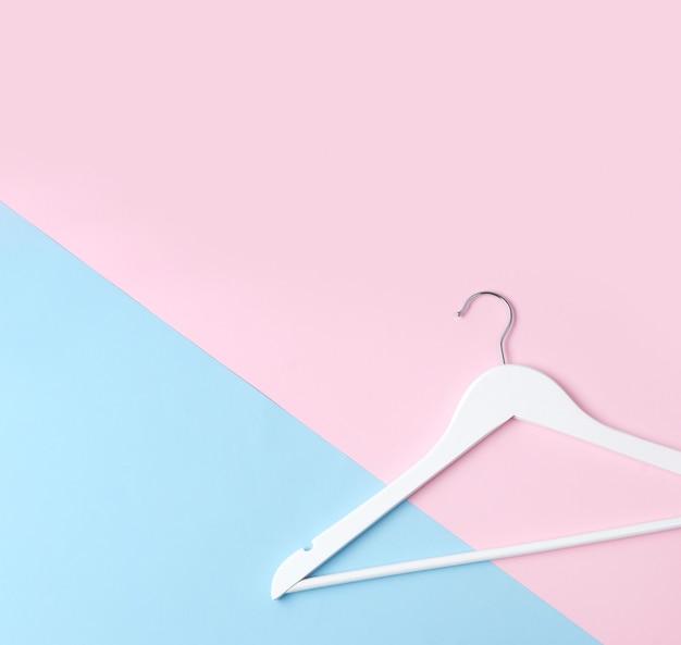 Vue de dessus à plat simple cintre en bois blanc rose et table pastel bleu.