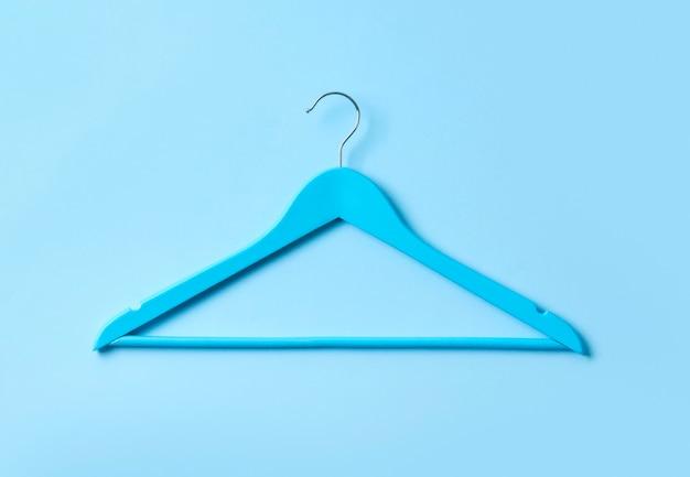 Vue de dessus à plat simple table en bois pastel bleu cintre bleu.
