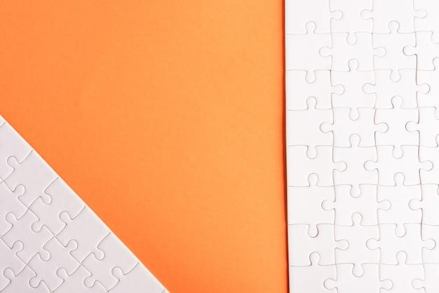 Vue de dessus à plat de la texture du jeu de puzzle blanc uni