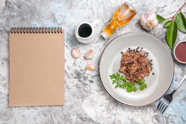 Vue de dessus un plat de viande savoureux avec sauce sur un plat de viande de dîner de repas blanc
