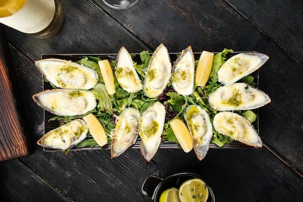 Vue de dessus sur le plateau d'apéritif d'huîtres fraîches