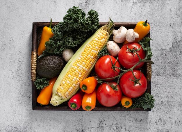 Vue de dessus plateau en bois avec mélange de légumes