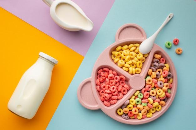 Vue de dessus plateau de céréales colorées avec du lait