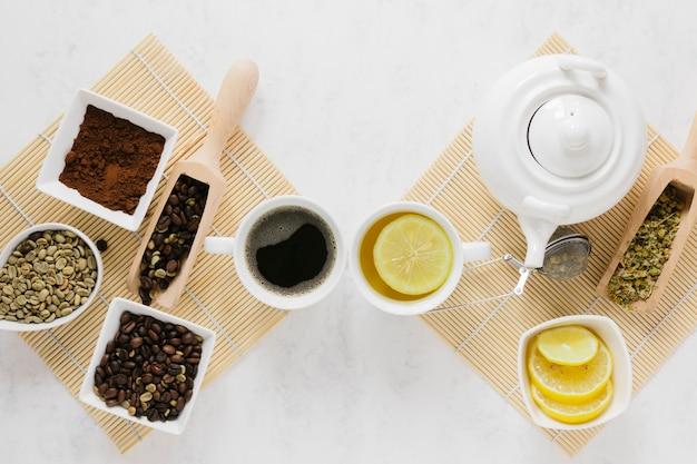 Vue de dessus des plateaux de thé et de café