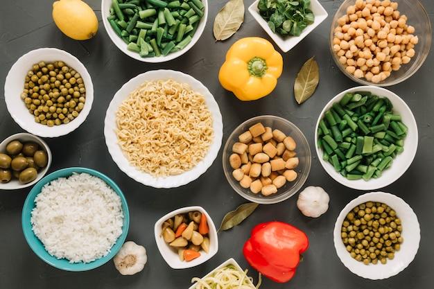 Vue de dessus des plats avec du riz et des nouilles