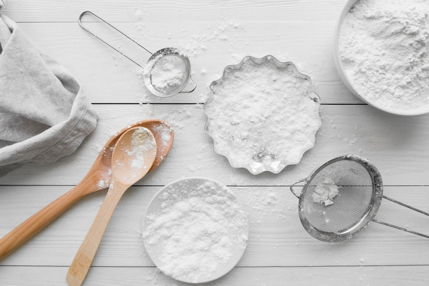 Vue de dessus des plats avec de la farine